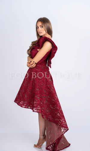 абитуриентска бордо рокля от френска дантела асиметрична с гол гръб