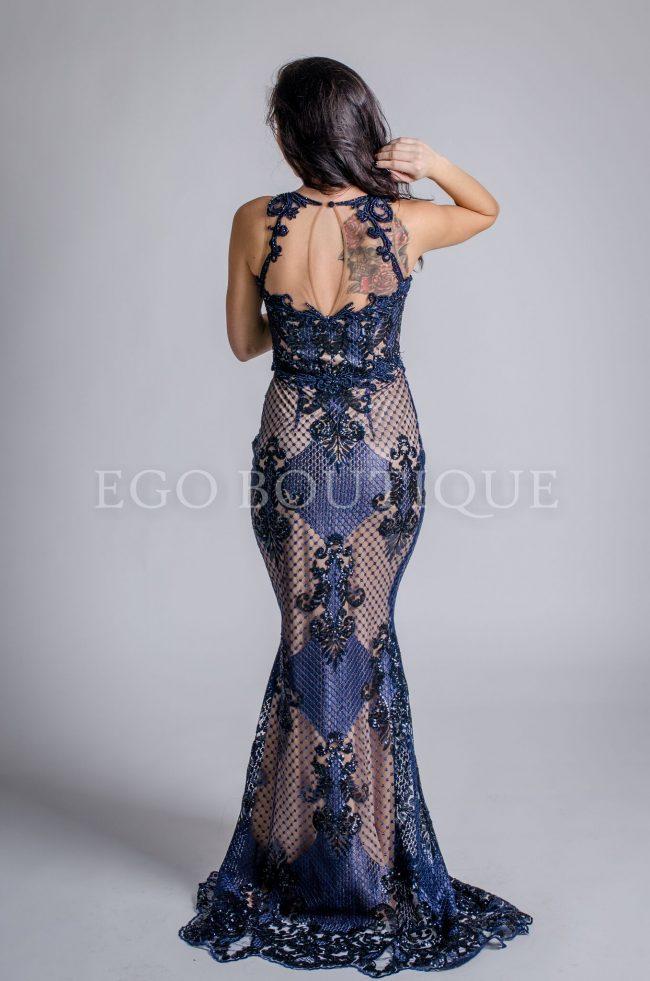 бална рокля с уникален гол гръб