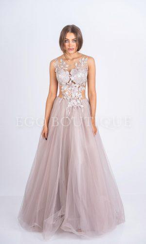 дълга дизайнерска абитуриентска рокля в цвят пудра с ръчно шита дантела и богата пола от френски тюл