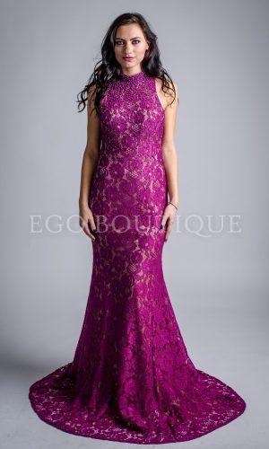 абитуриентска рокля от френска дантела в цвят фуксия тип русалка с гол гръб