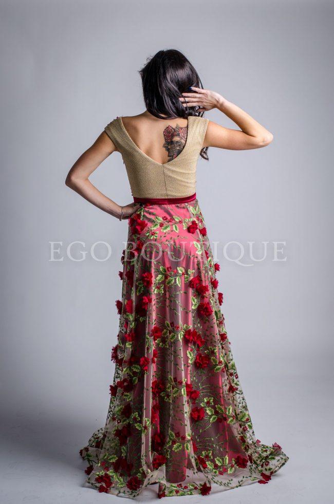 рокля с гол гръб