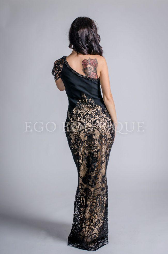 дълга черна абитуриентска рокля