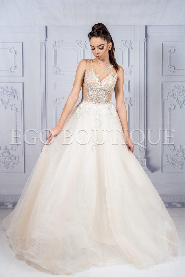 абитуриентска рокля в цвят шампанско от уникална френска дантела и тюл