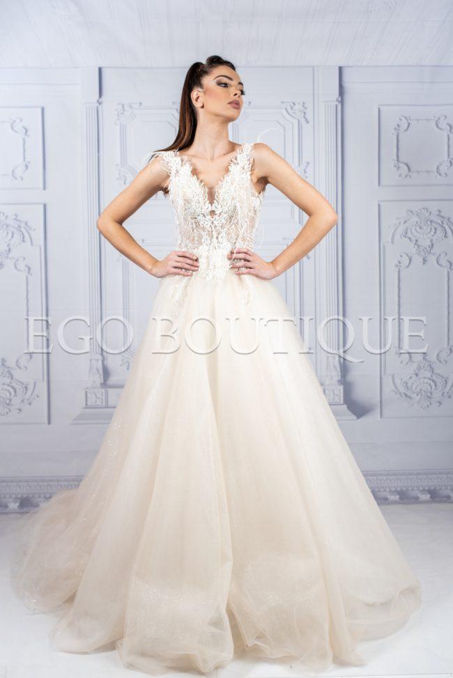 дълга бална рокля в цвят шампанско за принцеси