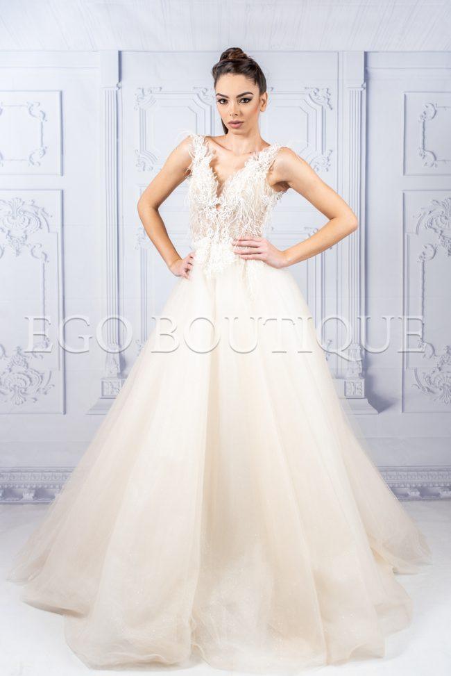 абитуриентска дълга рокля в цвят шампанско от уникална френска дантела тип принцеса