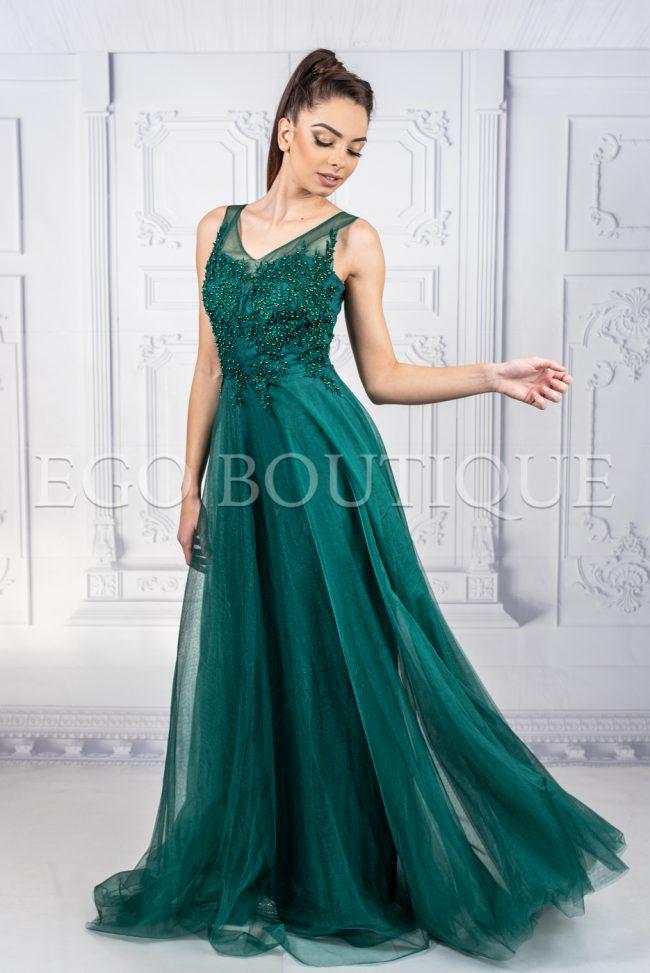 зелена абитуриентска рокля с камъни от френски тюл с гол гръб