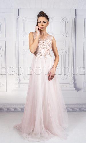 абитуриентска рокля с остро деколте от френски тюл цвят пудра