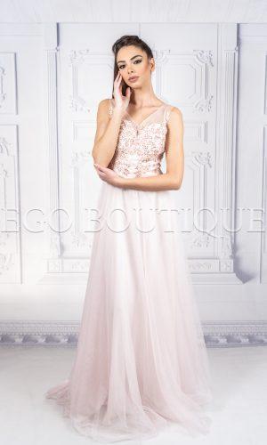 бална дълга рокля с ръчно шити камъни в цвят млечно розово