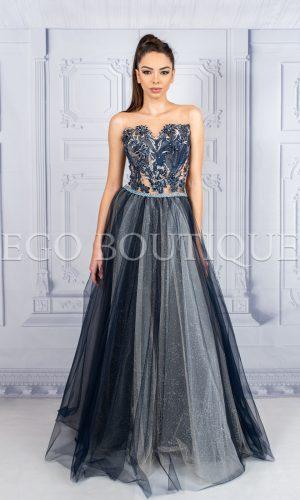 дизайнерска дълга абитуриентска рокля в уникално синьо с ръчно шита дантела и многоцветен тюл