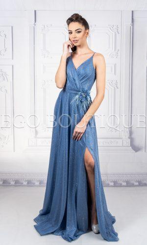 дълга бална рокля с тънки презрамки и брошка от марабу