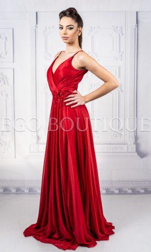 червена бална рокля с голяма цепка и гол гръб