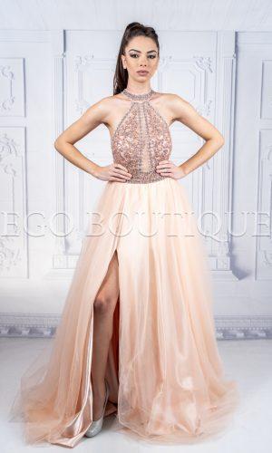 абитуриентска рокля с ръчно шити камъни с голяма цепка в цвят пудра