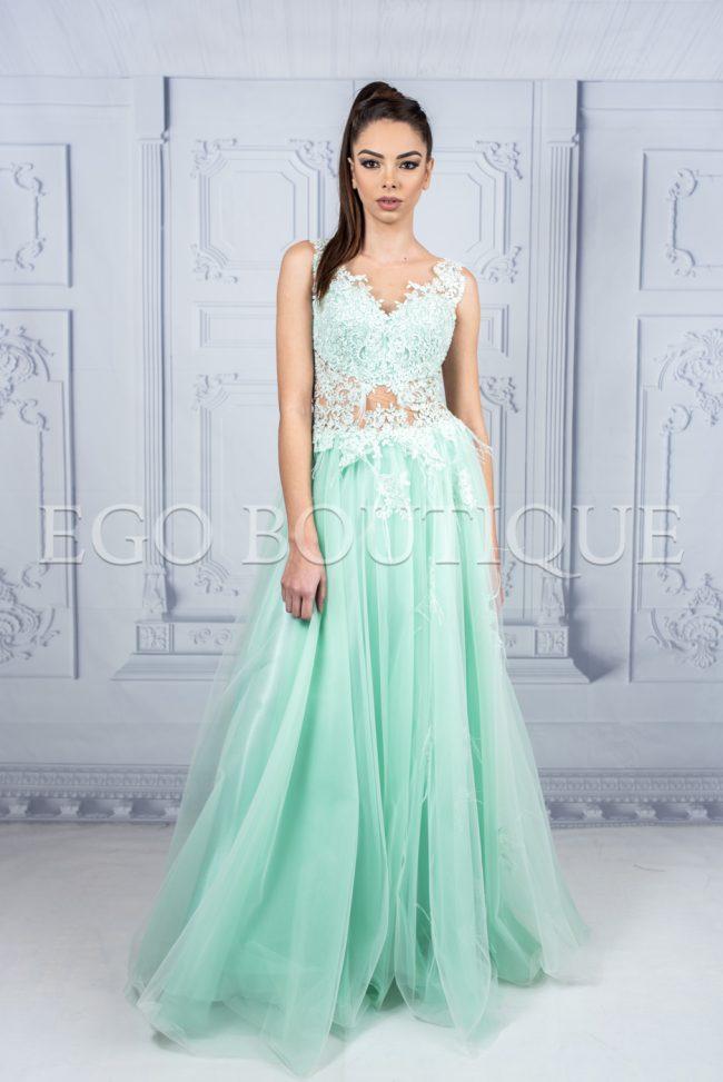 абитуриентска рокля от френска дантела и многопластов тюл в цвят мента с гол гръб