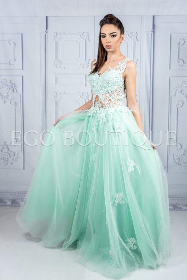 бална рокля тип принцеса в цвят мента с гол гръб