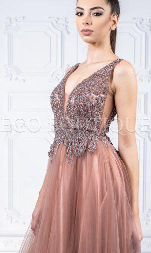 дълга бална рокля в цвят капучино с камъни и гол гръб