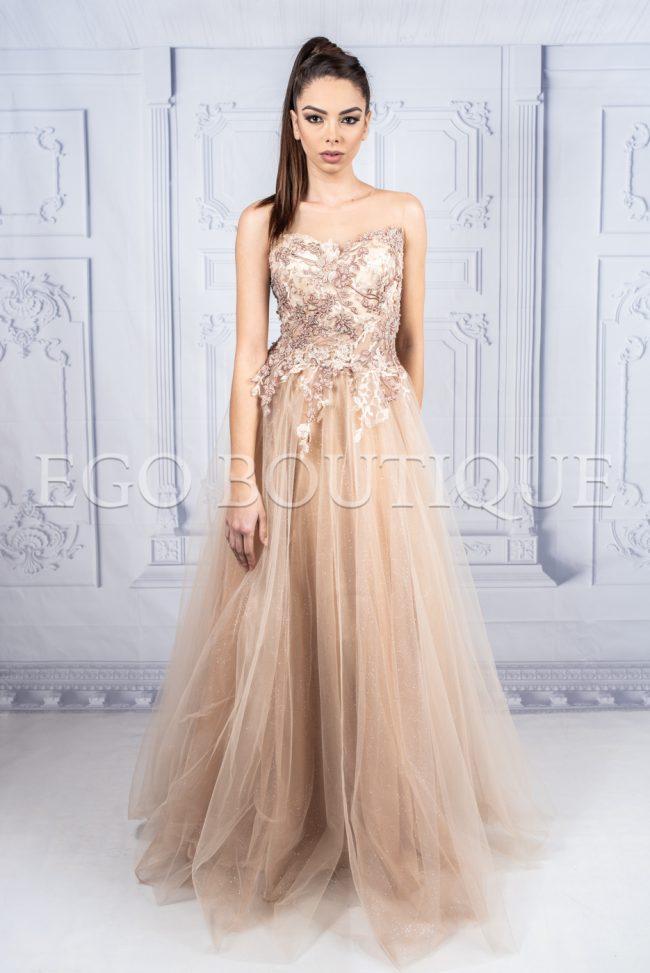 абитуриентска рокля в цвят капучино от френска дантела и тюл с гол гръб
