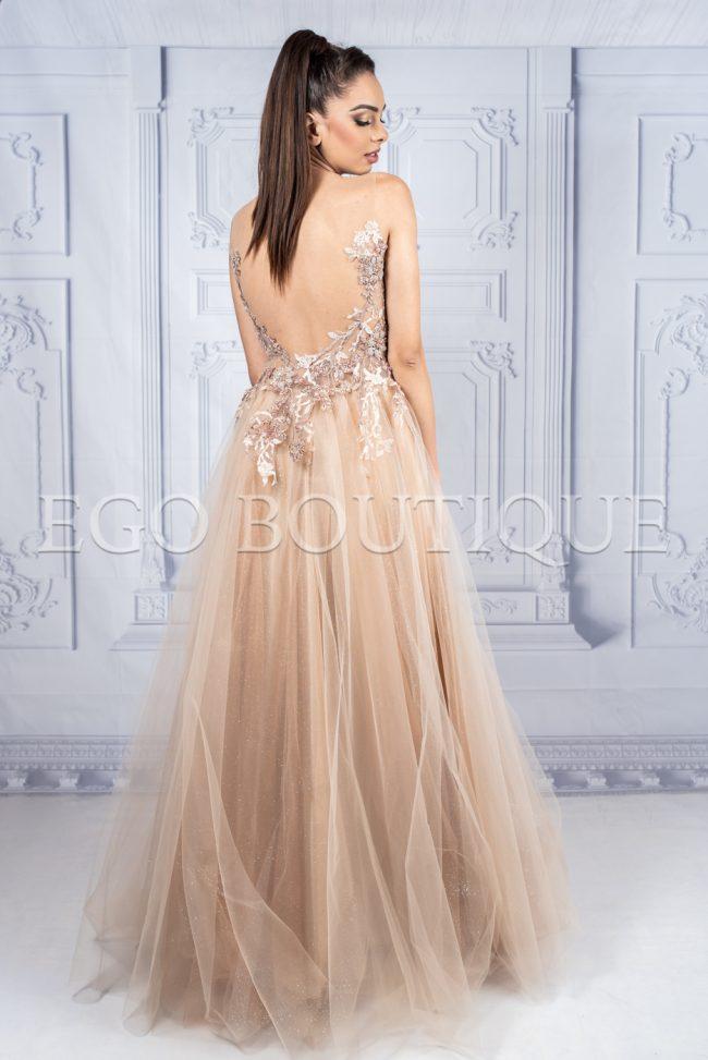 дълга бална рокля в цвят капучино с гол гръб