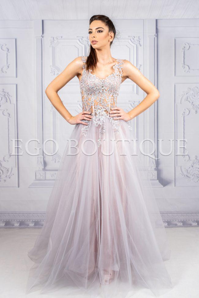 абитуриентска дизайнерска рокля в нежно лилаво от ръчно шита френска дантела и многопластов тюл