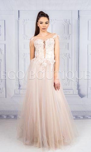 абитуриентска рокля за принцеса от френска дантела и тюл с гол гръб