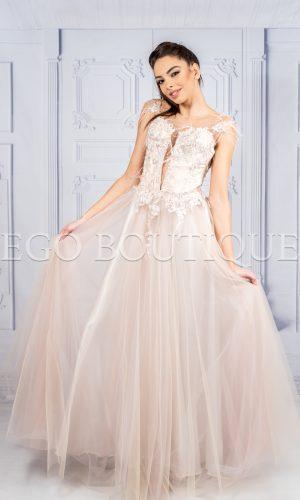 дълга бална рокля в телесен цвят с ръчно шита дантела и тюл