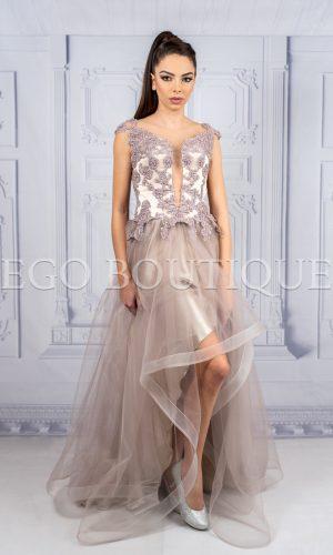 дизайнерска асиметрична абитуриентска рокля в цвят пудра от френска дантела и тюл
