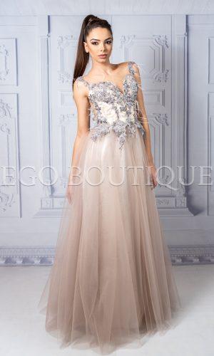 уникална бална рокля в цвят пудра от ръчно шита дантела