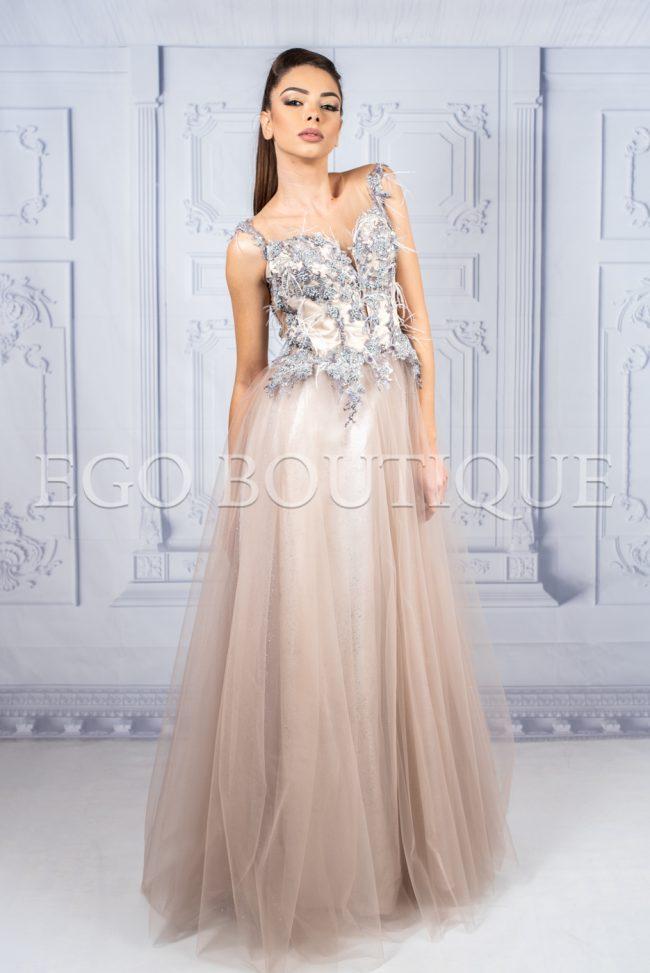 дълга абитуриентска рокля от френска ръчно шита дантела в цвят пудра