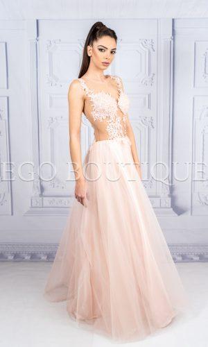 дизайнерска абитуриентска рокля в цвят пудра с ръчно шита дантела