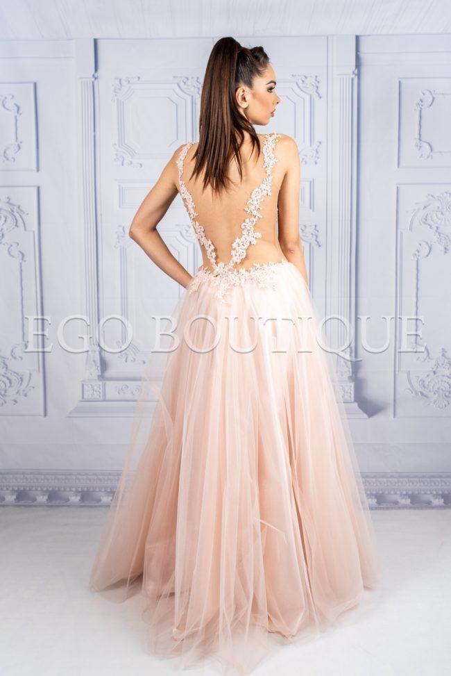 дълга абитуриентска рокля в цвят пудра с гол гръб