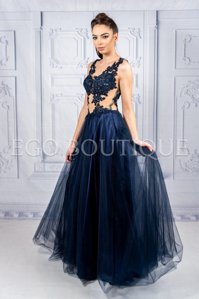 бална рокля в синьо с ръчно шита дантела и камъни