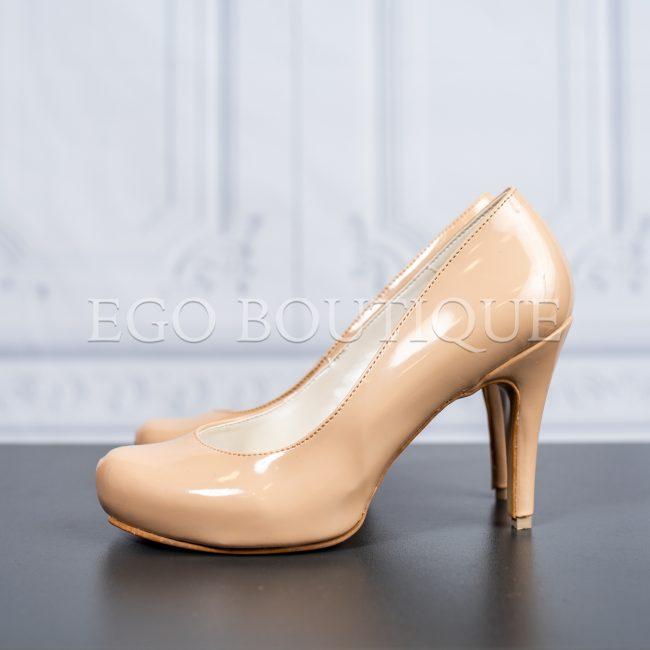 абитуриентски комфортни обувки в бежов лак с ток
