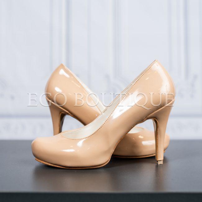 абитуриентски удобни обувки в бежов лак