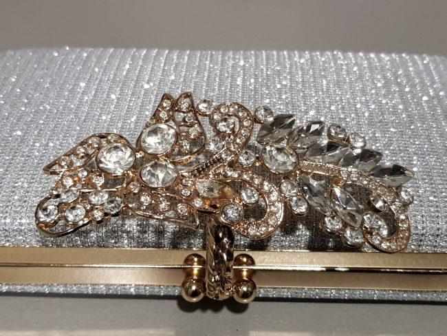 сребърна официална чанта със златни камъни и метален обков