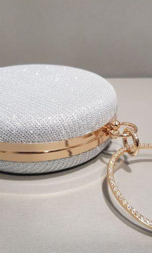 кръгла дамска чанта в сребърна мрежа със златист обков
