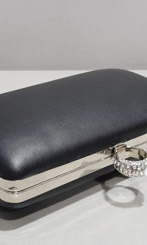 черна бална чанта с блестящ пръстен