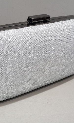 малка бална чанта от сребърен брокат с метален обков